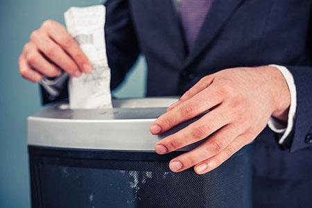 Geschäftsmann Einführen Dokument in Aktenvernichter